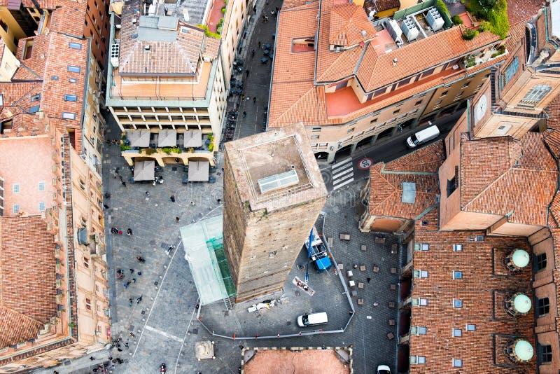 Sikt av medeltida benägenhettorn för garisenda i Bolognacentret som inramas och ses från över från asinellitorn royaltyfri bild