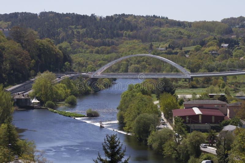 Sikt av miñofloden med den vita bron royaltyfri foto