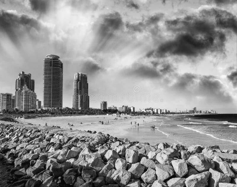 Sikt av Miami Beach byggnader längs havet arkivbilder