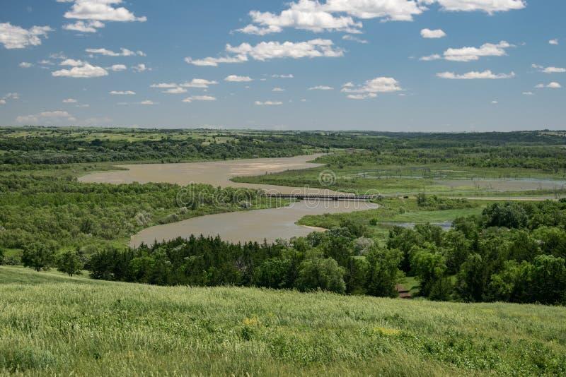 Sikt av Missouriet River från en kulle i den Niobrara delstatsparken, Nebraska arkivbild