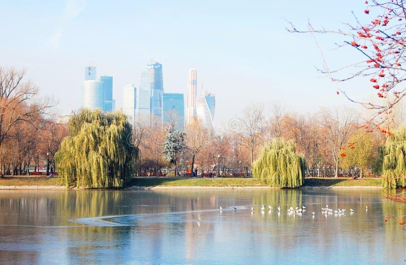 Sikt av mitten för Moskvastadsaffär Moskvaflodinvallningen arkivfoto