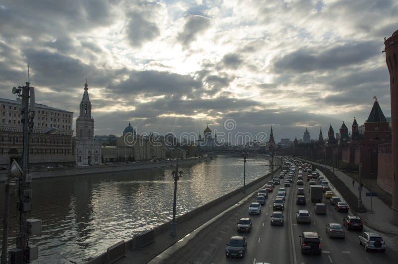 Sikt av mitten av Moskva från den stora bron royaltyfria foton