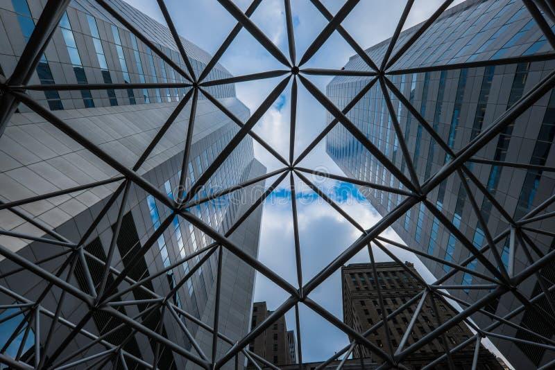 Sikt av moderna kontorsbyggnader för höghus som ser till och med stål ingrepp-som strukturen royaltyfria foton