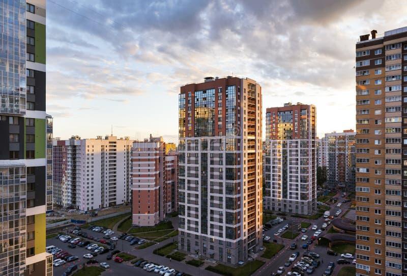 Sikt av moderna multistorey byggnader i St Petersburg på solnedgången mot himlen royaltyfri foto