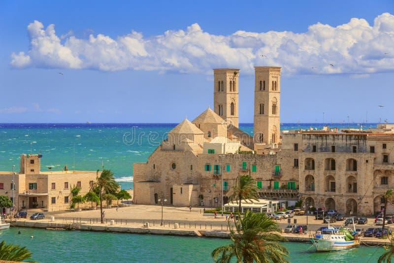Sikt av Molfetta den gamla staden: hamnen och den gamla domkyrkan & x28en; Duomo Vecchio& x29; ITALY& x28; Apulia& x29; arkivbild