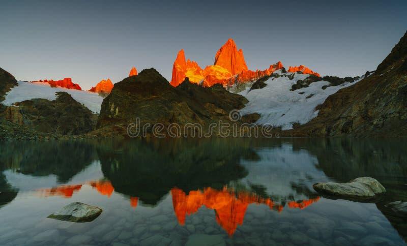 Sikt av monteringen Fitz Roy och sjön i nationalparken för nationalparkLos Glaciares på soluppgång Höst i Patagonia arkivfoto