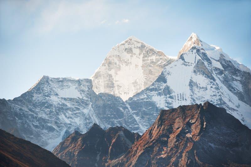 Sikt av monteringen Kangtega på soluppgång i Himalaya berg, Nepal royaltyfri fotografi