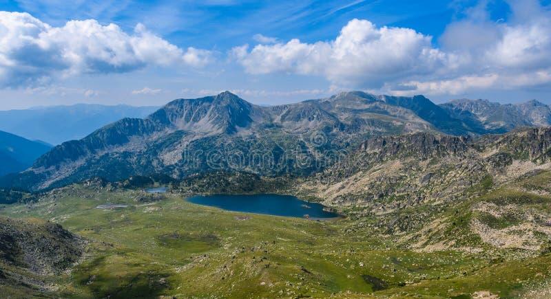 Sikt av Montmalus sjön från ett maximum i Andorra royaltyfri bild