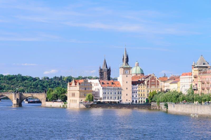 Sikt av monument från floden i Prague arkivfoto