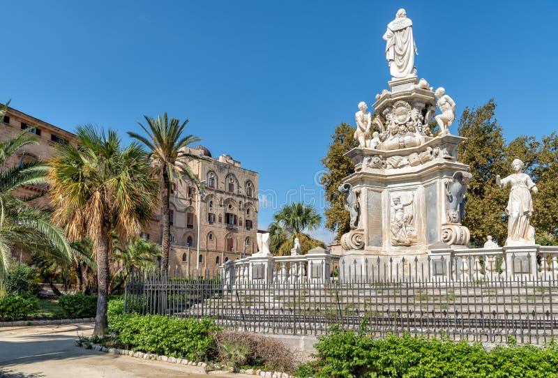 Sikt av monumentet som gör till kung Philip V av Spanien i villan Bonanno och Norman Palace i bakgrund, Palermo, Sicilien arkivbild