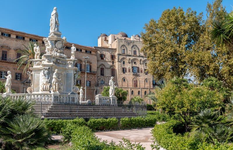 Sikt av monumentet som gör till kung Philip V av Spanien i villan Bonanno och Norman Palace i bakgrund, Palermo, Sicilien fotografering för bildbyråer