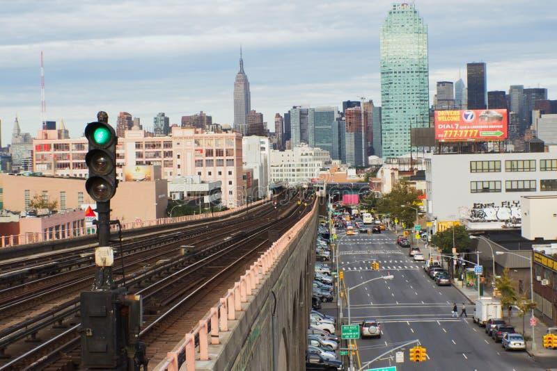 Sikt av morgontrafik på Queensboulevarden (NYC) arkivfoton
