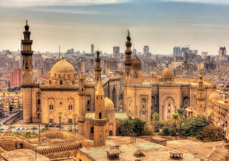 Sikt av moskéerna av Sultan Hassan och al-Rifai i Kairo royaltyfri fotografi