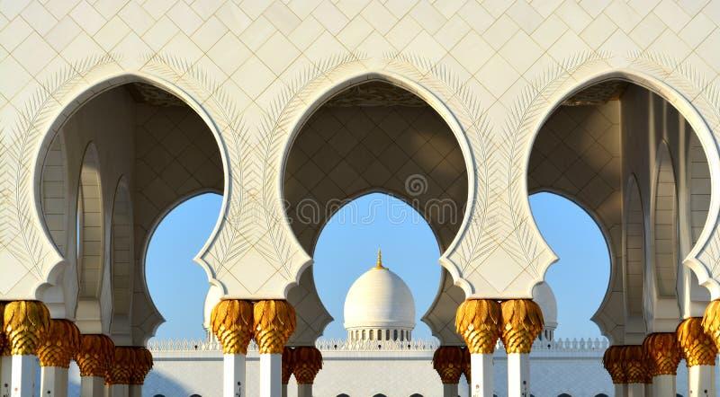 Sikt av moskékupolen i islamisk kultur fotografering för bildbyråer