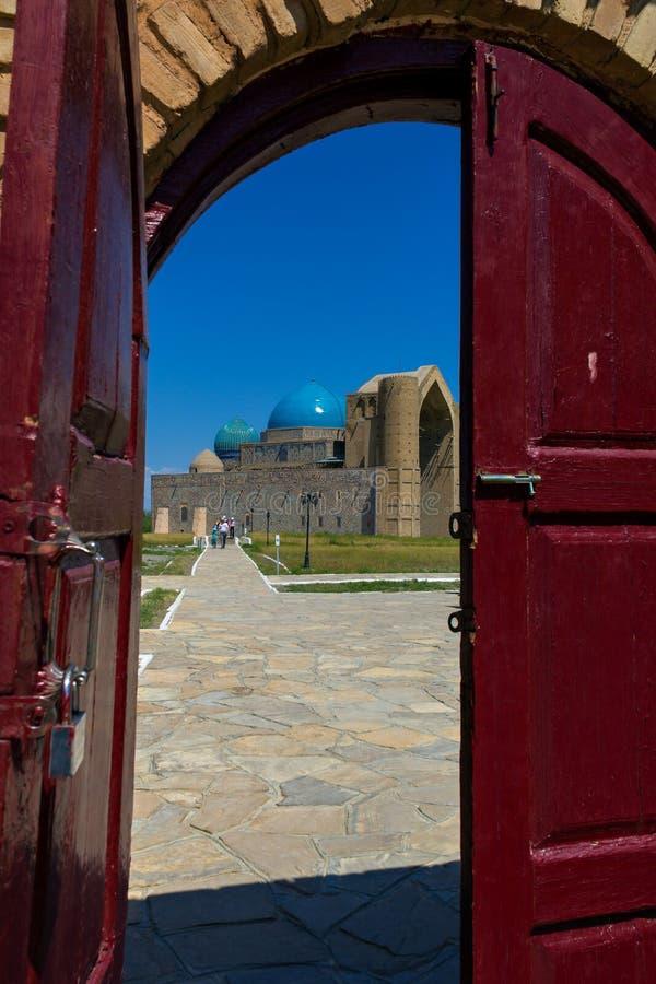 Sikt av moskén till och med dörren royaltyfri foto