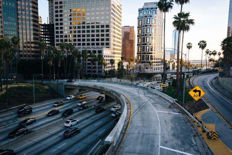 Sikt av motorvägen 110 från den 5th gatabron, i centrum royaltyfria foton