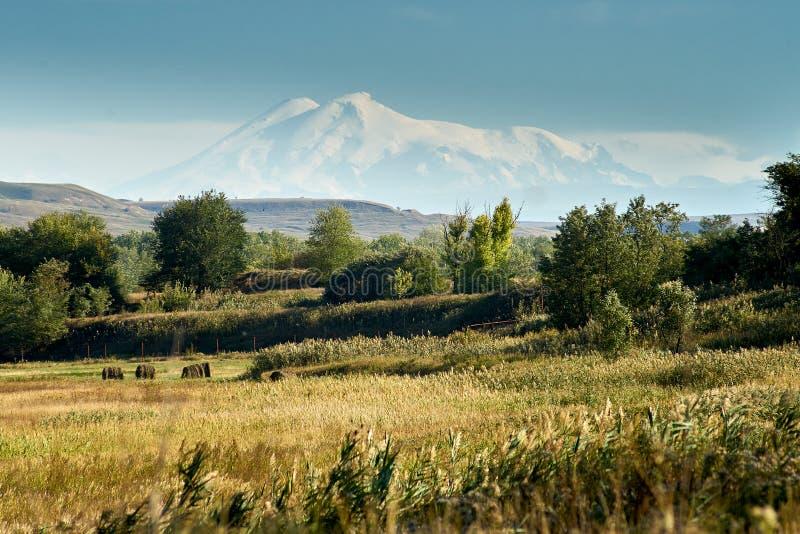 Sikt av Mount Elbrus royaltyfria foton