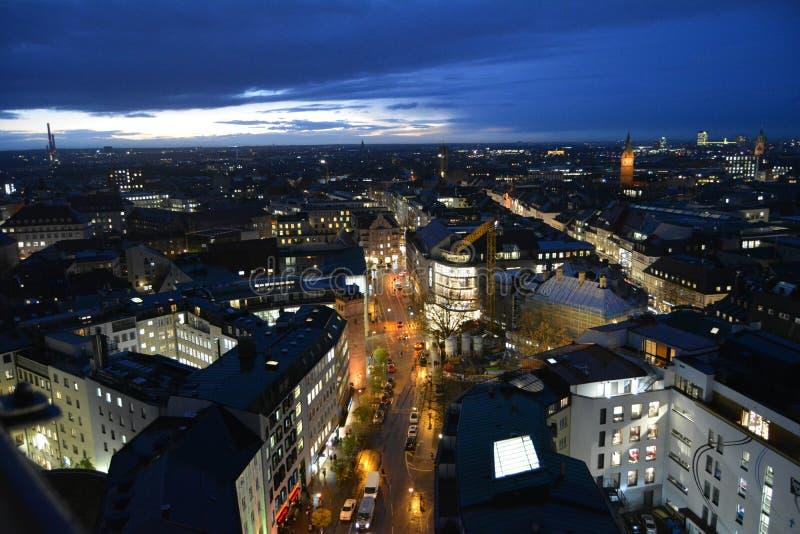 Sikt av Munich från klockatornet i mitten på skymning royaltyfria foton