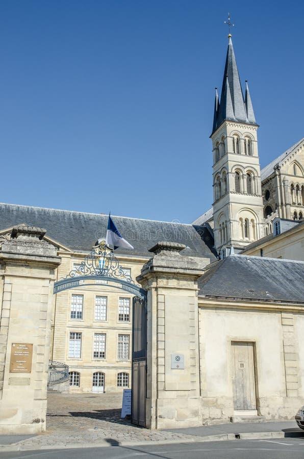 Sikt av museien av den san remidomkyrkan av reims i Frankrike royaltyfri bild