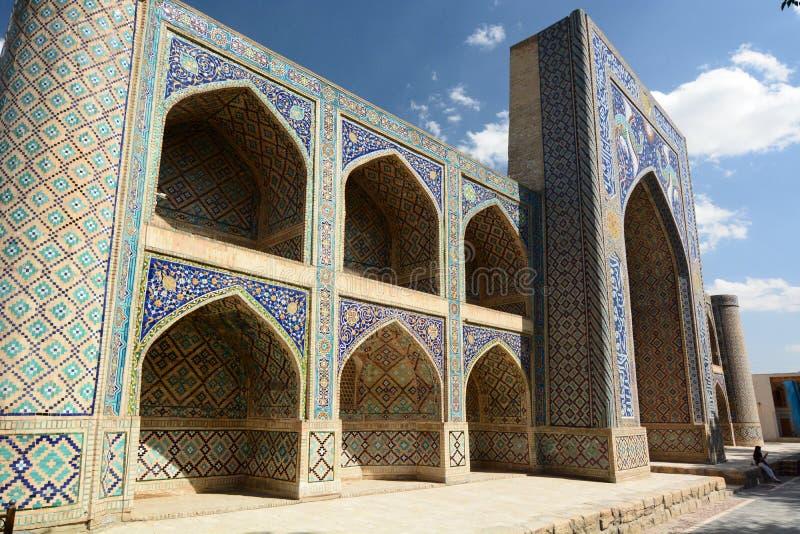 Sikt av Nadir Divan Begi madrasah byggda uzbekistan royaltyfri fotografi