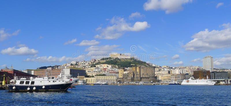 Sikt av Naples från havet arkivbilder