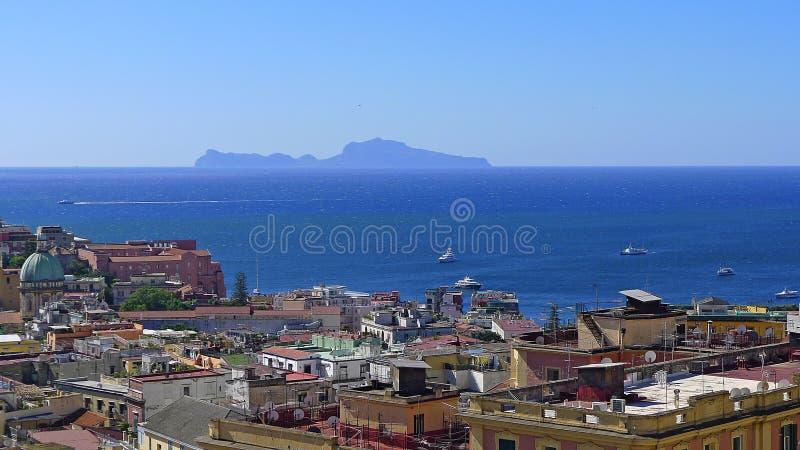 Sikt av Naples och ön av Capri arkivfoto