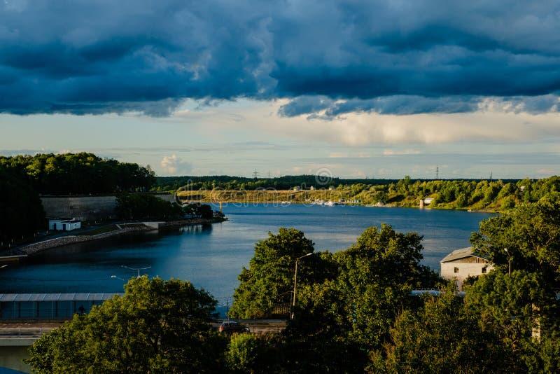 Sikt av Narva från den Ivanoborod fästningen royaltyfria bilder