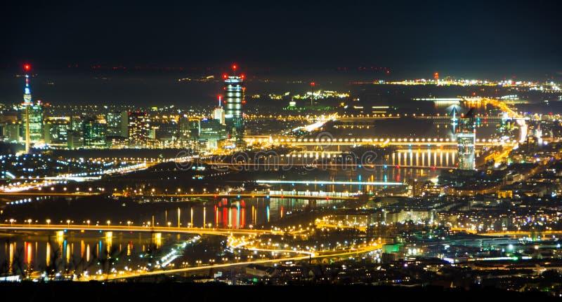 Sikt av natten Wien från berget Kahlenberg arkivbilder