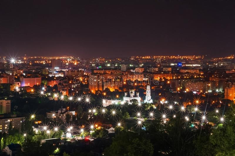 Sikt av nattstaden av Saratov, Ryssland Ljusen av en metropolis i natten Sikt av den ortodoxa kyrkan royaltyfria foton