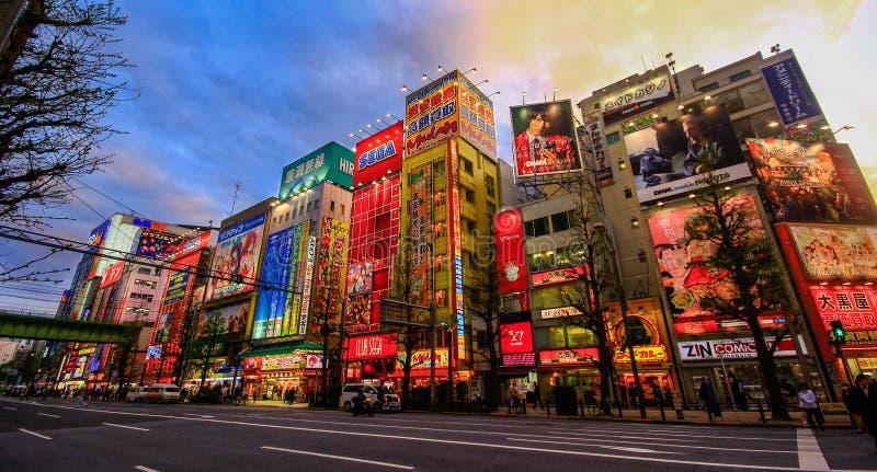 Sikt av neontecken och affischtavlaannonseringar i Akihabara elektroniknav i Tokyo, Japan arkivfoto
