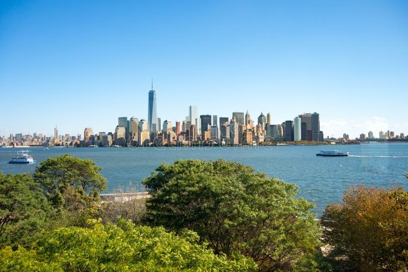 Sikt av New York Manhattan horisont från Ellis Island arkivbild