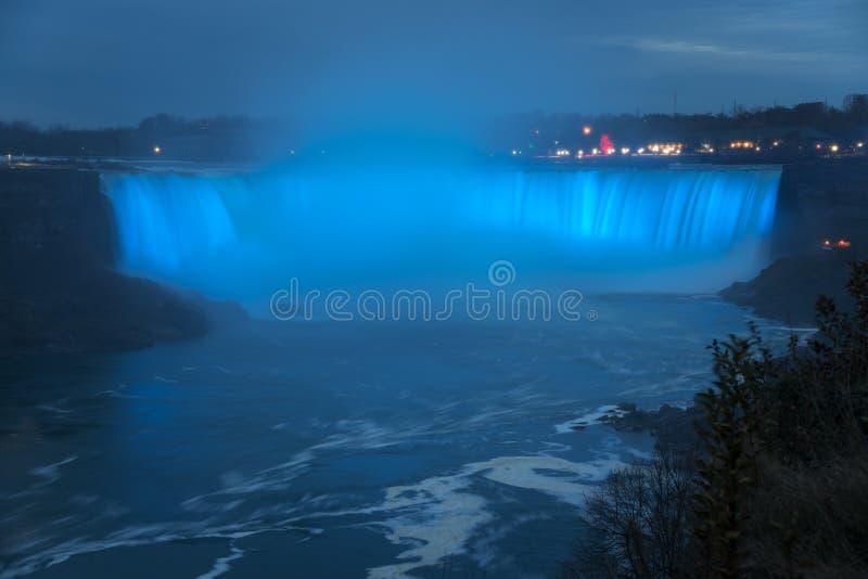 Sikt av Niagara Falls på skymning arkivbild