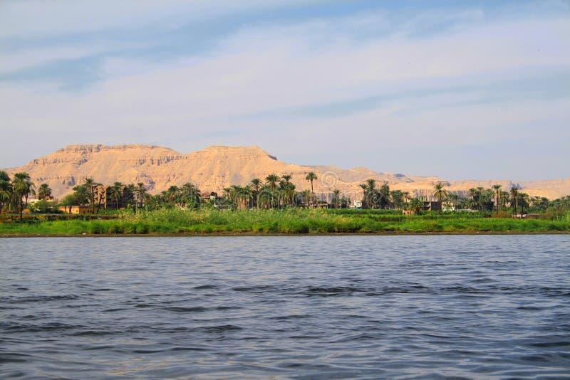 Sikt av Nile River och bergen i staden av Luxor in royaltyfri foto