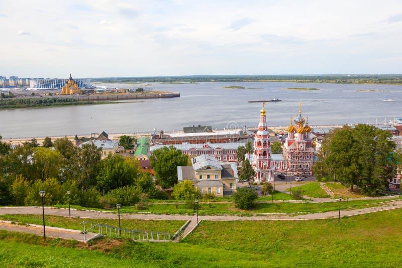 Sikt av Nizhny Novgorod in mot domkyrkan av den välsignade oskulden, sammanflödet av den Oka floden och Volgaet River royaltyfria foton