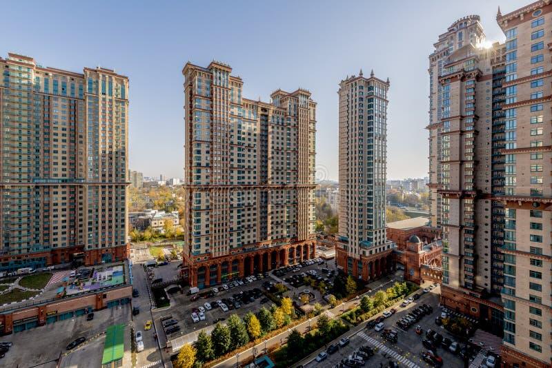 Sikt av nya bostads- byggnader och grannskapar i Moskva arkivbilder