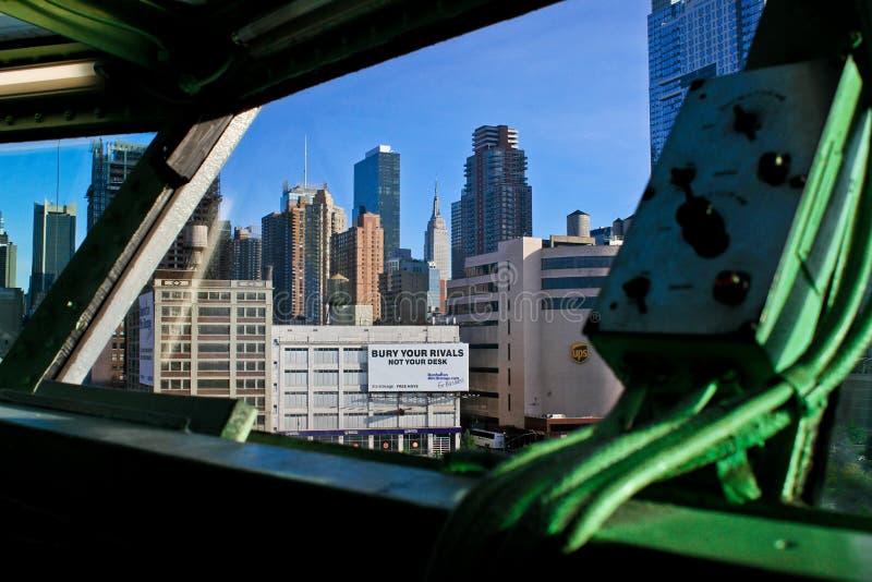 Sikt av NYC från det Intrepid kaptendäcket av bäraren royaltyfri bild