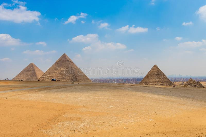 Sikt av området med de stora pyramiderna av Giza, Egypten arkivbild