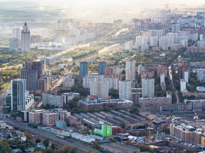 Sikt av området på västra av Moskva på solnedgång arkivbilder