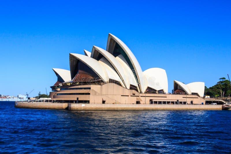 Sikt av operahuset i Sydney Harbor royaltyfria bilder