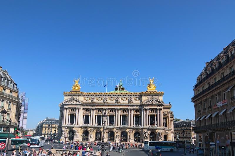 Sikt av operamedborgaren de Paris Operan Garnier för den storslagna operan är berömd neo-barock byggnad i Paris royaltyfri foto