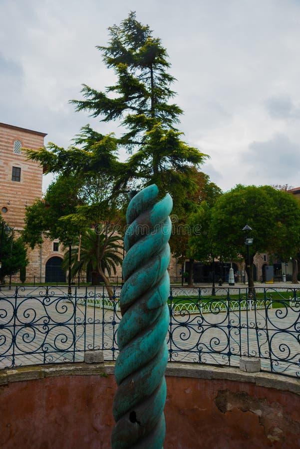 Sikt av ormkolonnen, denhövdade ormen eller Serpentine Column i forntida kapplöpningsbana nära Sultanahmet, Istanbul, Turkiet arkivbild