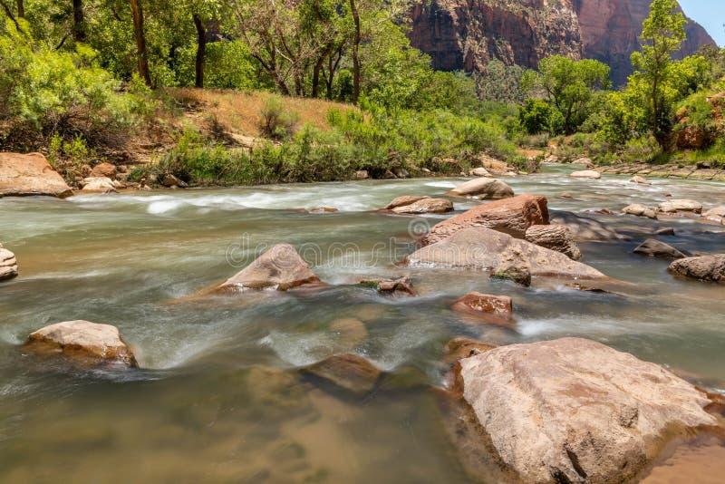 Sikt av oskuldfloden in mot trångt passläget arkivbild