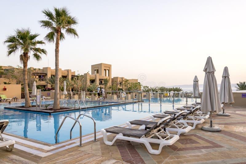 Sikt av pölen för dött hav för Holiday Inn semesterort, Jordanien arkivbilder