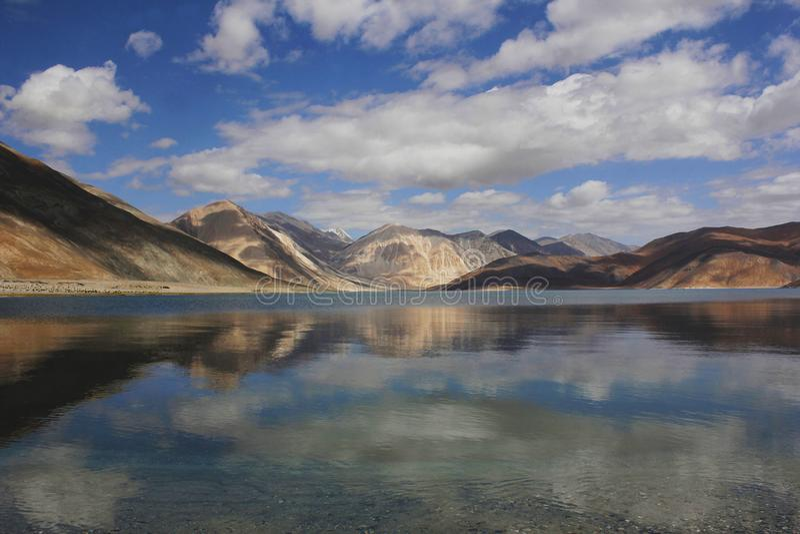 Sikt av Pangong sjön, Jammu and Kashmir, Indien royaltyfria foton