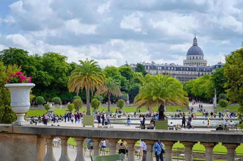 Sikt av panteonkupolen från Luxembourg trädgårdar royaltyfri foto