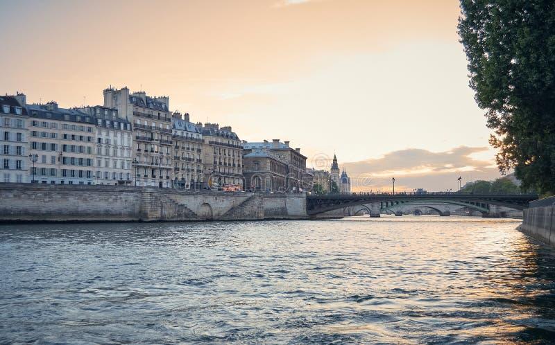 Sikt av Paris fr?n Seinet River arkivfoton