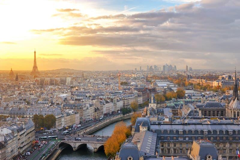 Sikt av Paris horisont med färgrikt solnedgångljus som uppifrån ses av den Notre Dame domkyrkan arkivfoto