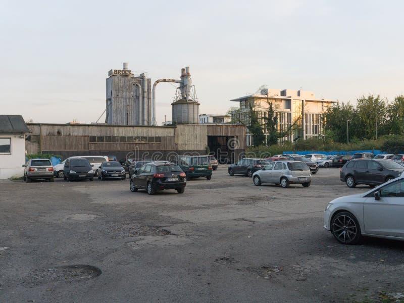 Sikt av parkeringsplatsen framme av den gamla stora fabriken arkivbilder