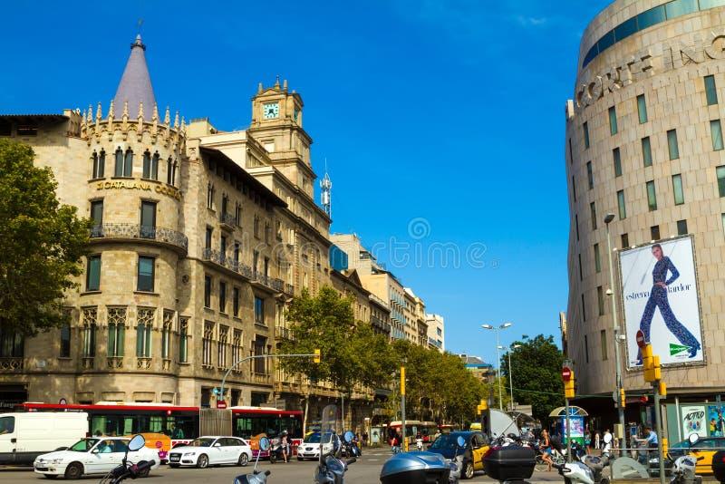 Sikt av Passeig de Gracia från den Catalonia fyrkanten i Barcelona arkivbild