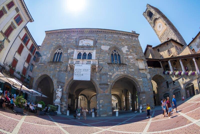 Sikt av piazza Vecchia med det medborgerliga tornet, Bergamo, Citta Alta, Italien arkivbilder